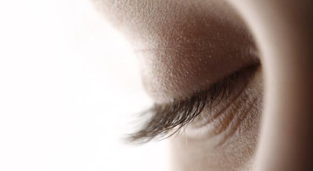 Işıltılı ve canlı gözler için göz kapağı estetiği