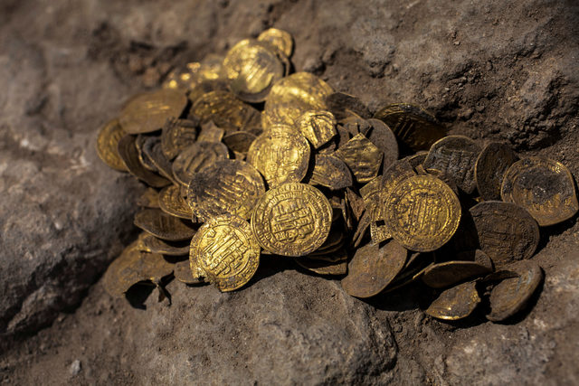 2020-08-24T060142Z_1908959990_RC26KI95112X_RTRMADP_3_ARCHAEOLOGY-ISRAEL-GOLD-COINS