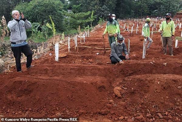 Endonezya'da maske takmayanlara koronadan ölenlerin mezarları kazdırıldı