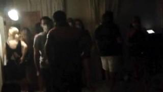 Çeşme'de koronavirüse rağmen otel rezidansında parti 25 kişiye 78 bin lira ceza kesildi